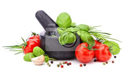Mortier avec le basilic, l'ail, les tomates et le poivre