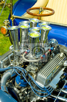 moteur du véhicule hot-rod chromé avec des balles de tennis dans les entrées