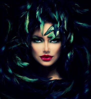 Posters Mysterious Woman Portrait. Beau modèle de visage de femme Gros plan