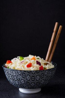 Posters nouilles et légumes asiatiques sur ardoise