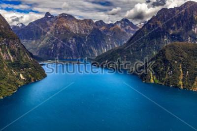 Posters Nouvelle-Zélande. Milford Sound (Piopiotahi) vu d'en haut - la tête du fjord, l'aéroport de Milford Sound en arrière-plan