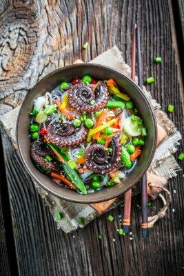 Posters Octopus servi avec légumes et nouilles