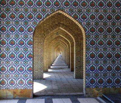 Posters Ornements traditionnels et motifs sur fond bleu dans les mosquées iraniennes. Art islamique