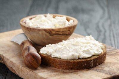 Posters pain de seigle avec du fromage à la crème sur la table en bois