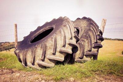 Posters Paire de pneus d'un gros tracteur démantelé et laissé en italien