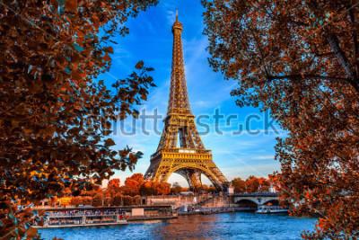 Posters Paris tour eiffel et la seine à paris, france. La tour Eiffel est l'un des monuments les plus emblématiques de Paris. Automne Paris.