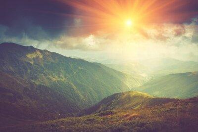 Posters Paysage de montagne d'été au soleil. Sentier de randonnée dans les collines.