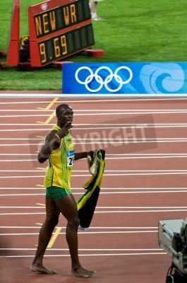Posters Pékin, Chine - le 16 Août: Sprinter Usain Bolt établit un nouveau record de 100 mètres de monde pour les hommes