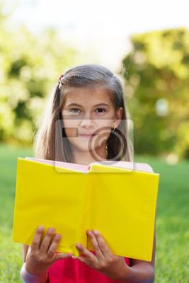 Petit génie avec le livre jaune