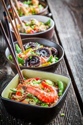 Posters Peu de nouilles asiatique traditionnel et de fruits de mer