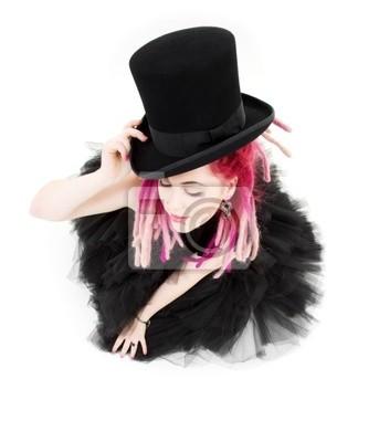 photo de fille bizarre cheveux roses avec chapeau haut de forme