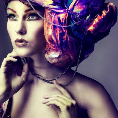 Posters Photo de la belle fille dans un tête-robe du tissu coloré