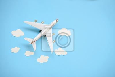 Posters Plat poser la conception du concept de voyage avec avion et nuage sur fond bleu avec espace copie.