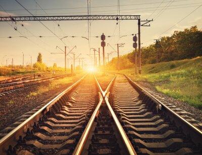 Posters Plate-forme de train de marchandises au coucher du soleil. Chemin de fer en Ukraine. Station ferroviaire
