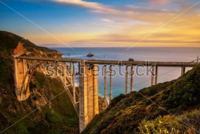 Posters Pont de Bixby (pont de Rocky Creek) et autoroute de la côte du Pacifique au coucher du soleil près de Big Sur en Californie, États-Unis. Longue exposition.