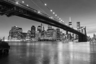 Posters Pont de Brooklyn au crépuscule vu du Brooklyn Bridge Park à New York.