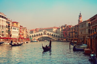 Pont du Rialto et gondoles à Venise.