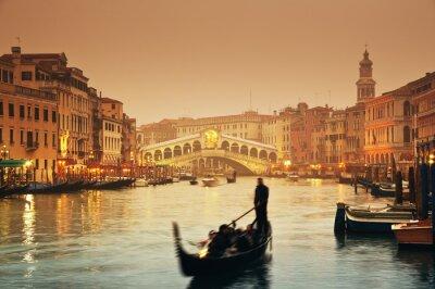Pont du Rialto et gondoles lors d'une soirée d'automne brumeux à Venise.