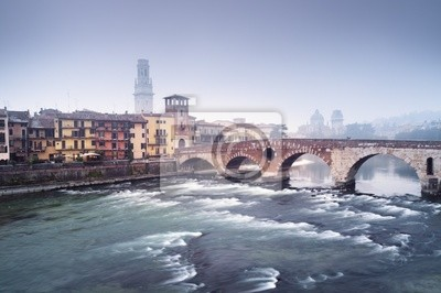 Ponte Pietra et à une soirée brumeuse. Venise - Italie