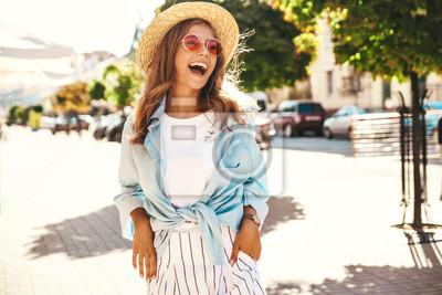 Posters Portrait de beau modèle souriant adolescent blonde mignonne en vêtements d'été hipster posant sur le fond de la rue