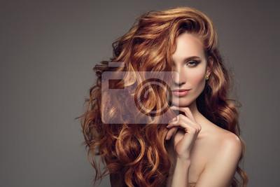 Posters Portrait de femme avec de longs cheveux bouclés beau bouclé.