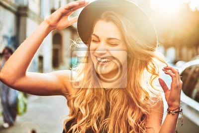 Posters Portrait de jeune femme avec un chapeau souriant