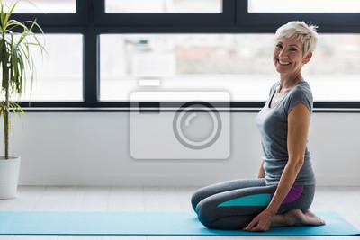 Posters Portrait de souriant instructeur de santé femme senior belle. Meilleurs exercices pour les femmes plus âgées. Cours de yoga pour personnes âgées.