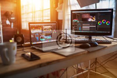 Posters Poste de travail indépendant avec ordinateur portable et moniteur pour le travail de rédacteur en chef avec contenu vidéo ou vidéo d'équipement de vlog