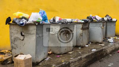 Poubelle de déchets dans des boîtes en acier