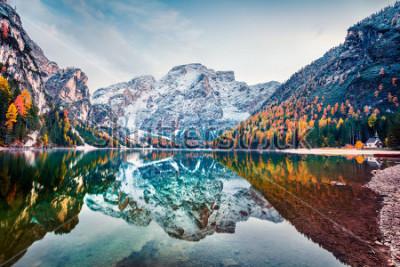 Posters Première neige sur le lac Braies. Paysage d'automne coloré dans les Alpes italiennes, Naturpark Fanes-Sennes-Prags, Dolomite, Italie, Europe. Beauté de fond de concept de nature.