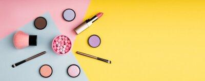 Posters Produits de maquillage et cosmétiques décoratifs sur fond de couleur plat poser. Concept de blogs mode et beauté. Format web long pour bannière