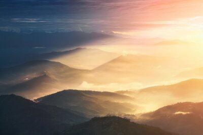 Posters Quand une nuit devient un jour. Beaux collines brillamment éclairées pendant le lever du soleil.