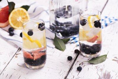 Posters Rafraîchissant cocktail d'été maison avec des baies et des fruits. Foyer sélectif