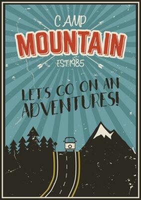 Posters Rétro affiche d'été ou d'hiver. Brochure voyage et vacances. Bannière promotion camping. Vintage RV, montagnes, arbres, flèches concept de conception vectorielle, les éléments. Lettrage de motivation.