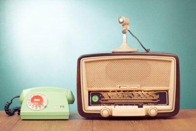 Posters Rétro radio avec le feu vert, microphone et d'un téléphone sur la table