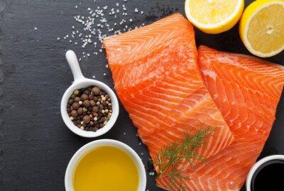 Posters Salmon et d'épices sur la table de pierre