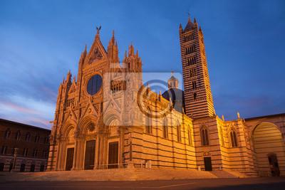 Santa Maria Assunta cathédrale dans le crépuscule à Sienne, en Toscane, en Italie, en Europe. Patrimoine mondial de l'UNESCO.