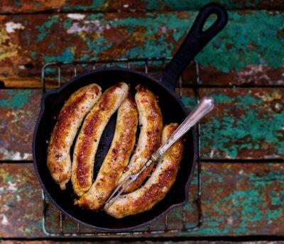 Posters saucisses frites sur une poêle à frire