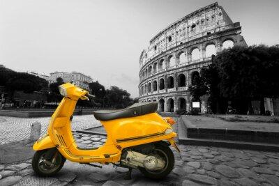 Posters Scooter millésime jaune sur le fond de Colisée