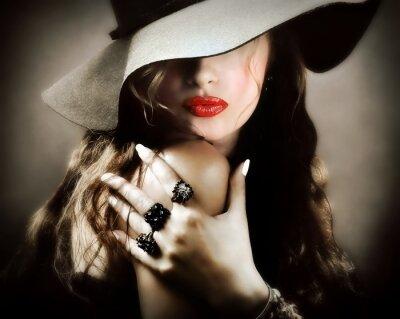 Posters Sexy jolie jeune femme avec des lèvres rouges, cru baiser de bijoux