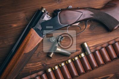 Posters Shotgun avec des coquillages sur fond de bois