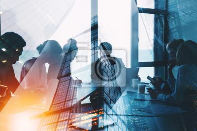 Posters Silhouette de gens d'affaires travaillent ensemble au bureau. Notion de travail d'équipe et de partenariat. double exposition avec effets de lumière