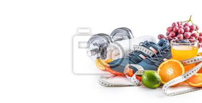 Posters Sport chaussures haltères fruits frais ruban à mesurer et jus de multivitamines isolé sur fond blanc. Concept de sport et de régime alimentaire sain.