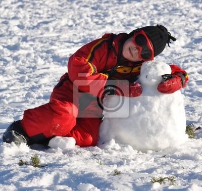 Sport d'hiver jeune garçon heureux AVEC fils bonhomme de neige
