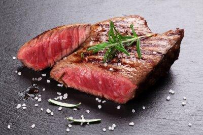 Posters Steak de bœuf grillé au romarin, sel et poivre