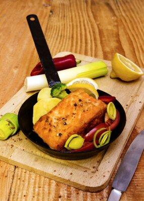 Posters Steak de saumon frit dans une poêle.