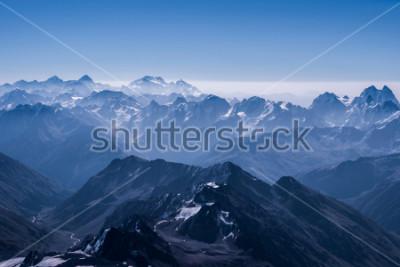 Posters Superbe paysage de montagnes enneigées Vue du sommet d'Elbrus. Montagne du Caucase au jour ensoleillé. Elbrus, Caucase du Nord, Russie