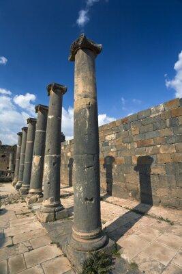 Posters Syrie. Bosra. Les restes des bains romains - colonnes de basalte. Ce site fait partie de la liste du patrimoine mondial de l'UNESCO