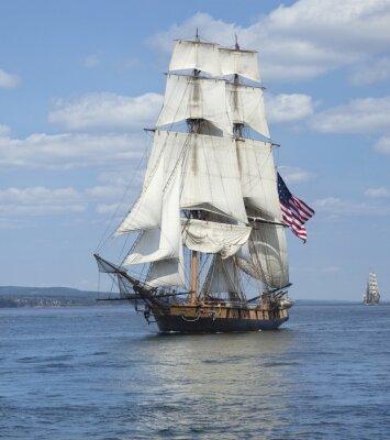 Posters Tall ship avec le drapeau américain sur la voile eaux bleues