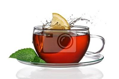 Tasse de thé avec du citron et les éclaboussures